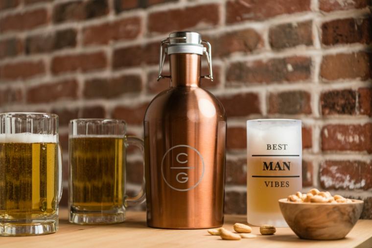 Cosa posso regalare al mio ragazzo per l'anniversario, bottiglia accanto ad dei bicchieri di birra