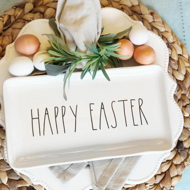 Foto di un piatto con scritta e uova pasquali, immagini di buona Pasqua gratis