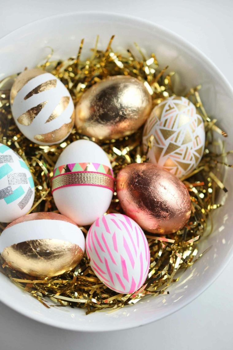 Foto di un piatto con uova pasquali colorate, auguri di Pasqua divertenti