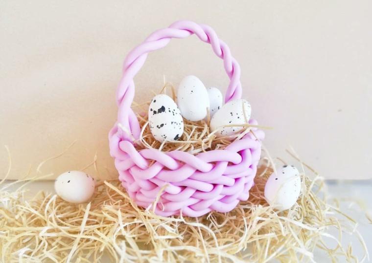 Cesto di colore rosa con uova colorate, buona Pasqua immagini belle