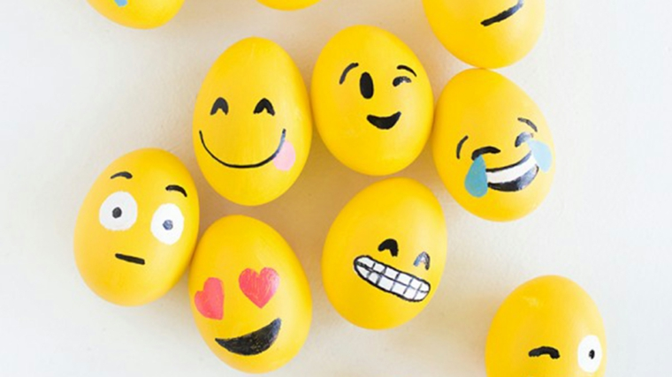 Foto di uova pasquali dipinte di giallo con faccine, auguri di pasqua divertenti