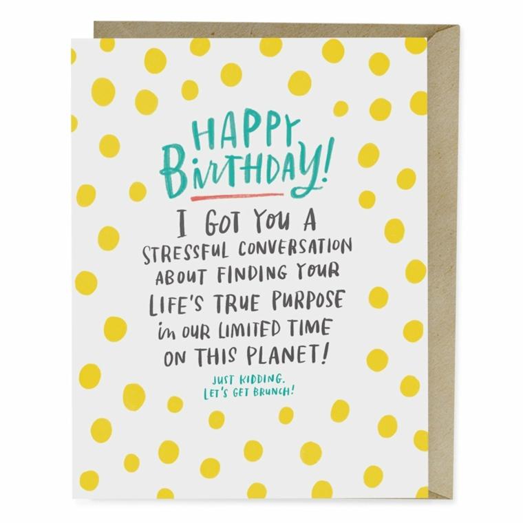 Cartoline di buon compleanno, bigliettino con scritta e disegni su una busta marrone
