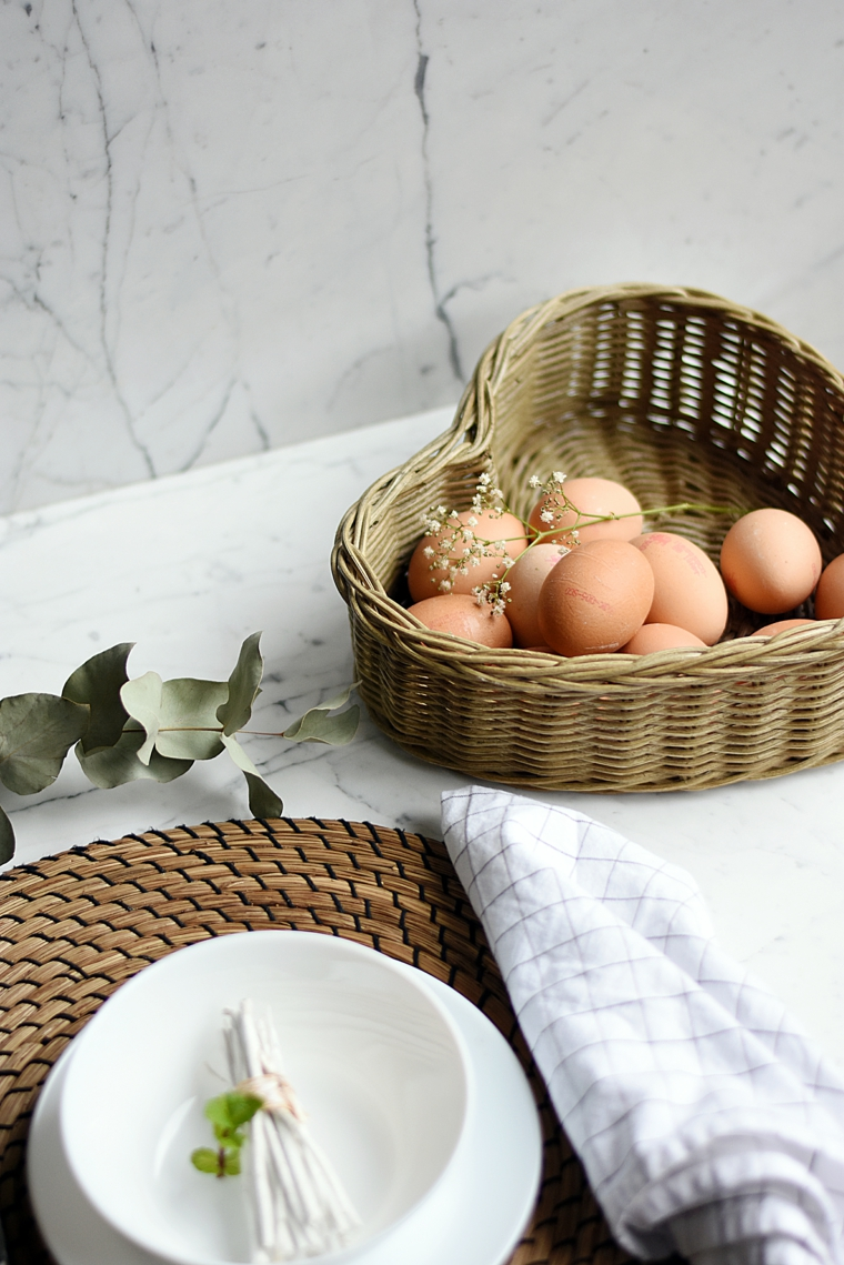 Centrotavola con cestino e uova pasquali, auguri di buona Pasqua immagini