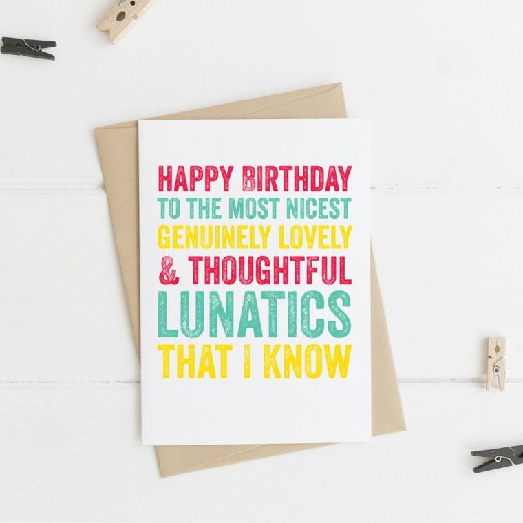 Auguri di compleanno simpatici, cartolina con scritta e una busta marrone sotto