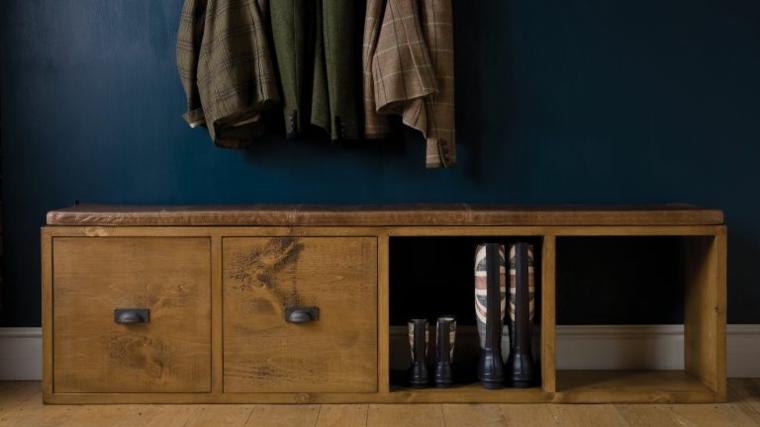 Mobile di legno con cassetti e scaffali, scarpiera fai da te, ingresso con pareti dipinti di blu