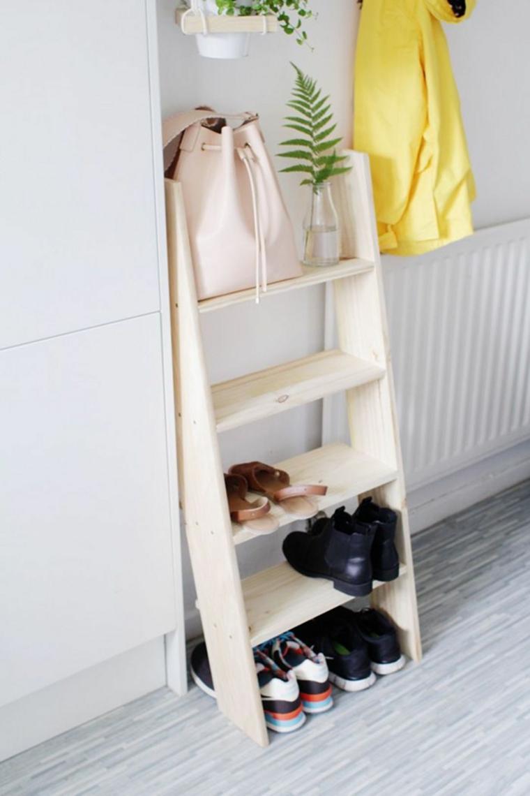 Scarpiera fai da te, scala di legno con mensole scarpe su di esse