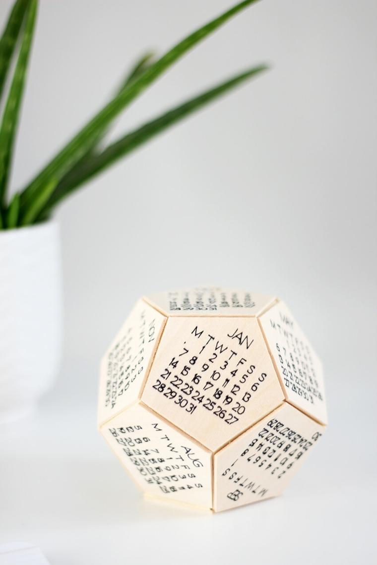 Sorprese anniversario, scrivania con vaso di aloe vera, calendario tridimensionale di legno