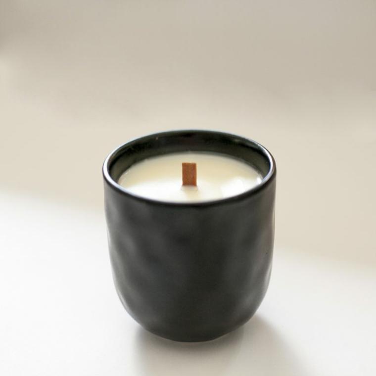 Sorprese anniversario, tazza di porcellana con cera e stoppino di legno