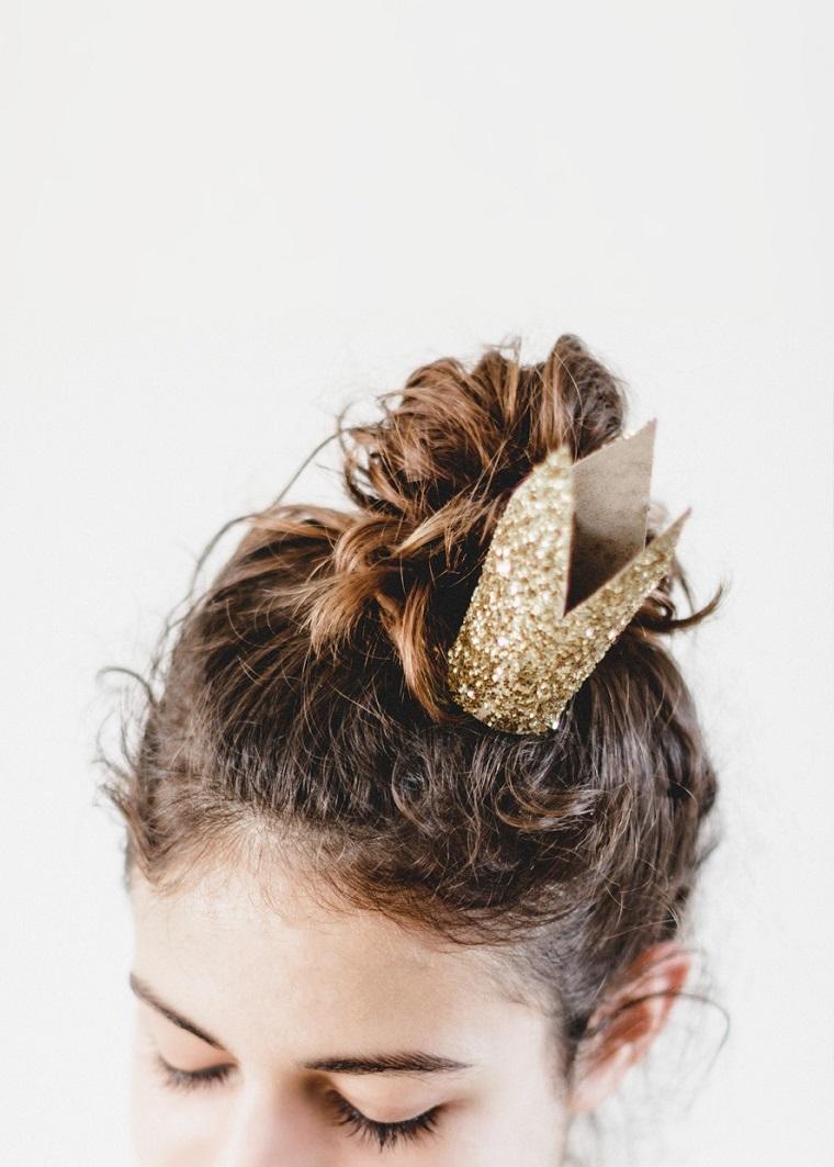 Ragazza con molletta a forma di corona, lavoretti per bambini con la carta
