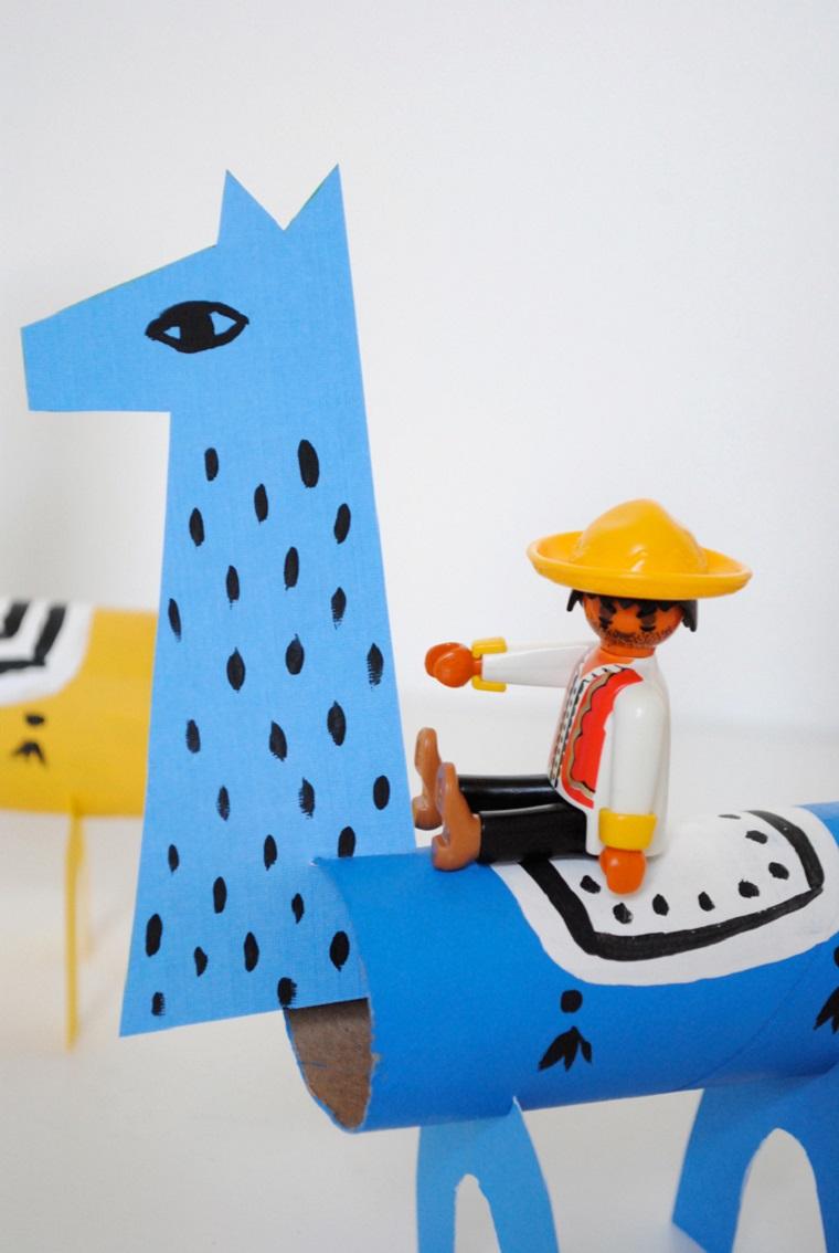 Animali con rotoli di carta igienica, lama di carta colorata di blu con omino