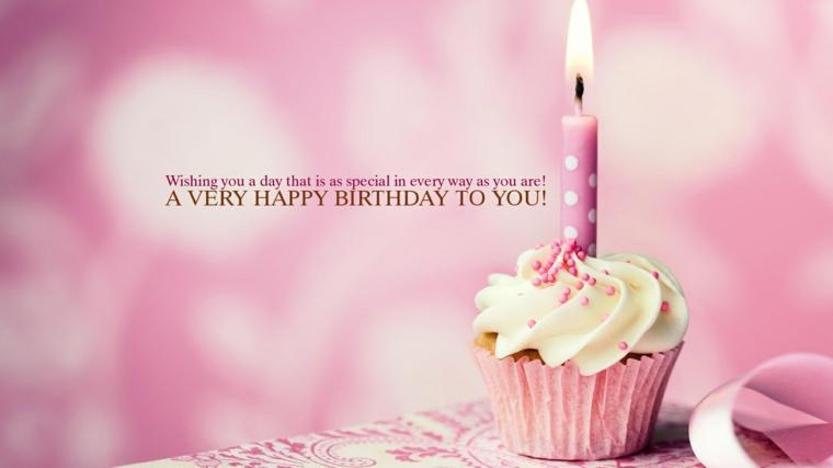 Foto di un cupcake con panna e candela, immagine con sfondo rosa
