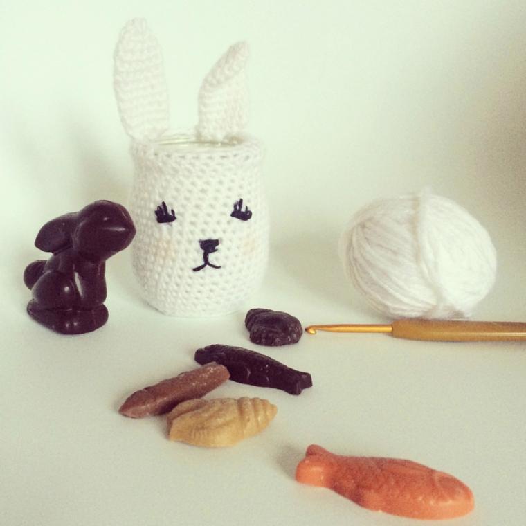 Cestino per uova ad uncinetto e lana bianca, coniglietto al cioccolato, auguri di buona Pasqua immagini