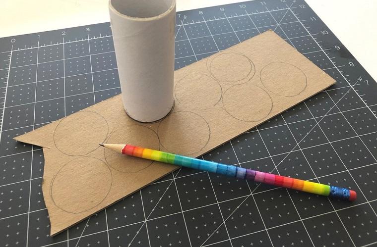 Disegnare dei cerchi con matita su un cartoncino, lavoretti per bambini con la carta