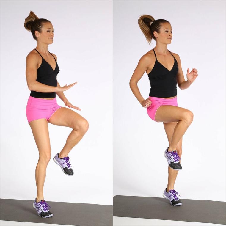 Workout a casa, donna che esegue dei salti sul tappetino, donna con abbigliamento sportivo