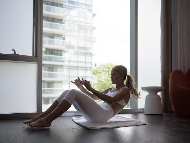 Workout a casa, donna che si allena sul tappetino per fare addominali