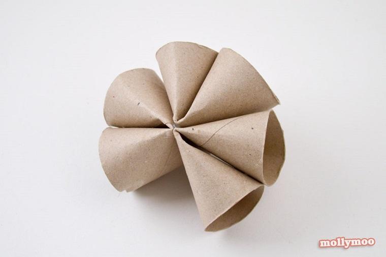 Creazioni con rotoli di carta igienica, rotoli piegati e fissati con pinzatrice