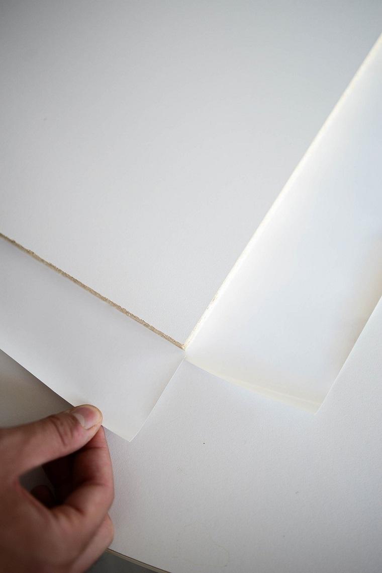 Come costruire una scarpiera, lastra di legno bianco con foglio adesivo