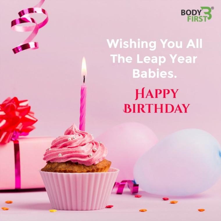 Foto di un cupcake con panna rosa e candela, immagine auguri compleanno con scritta
