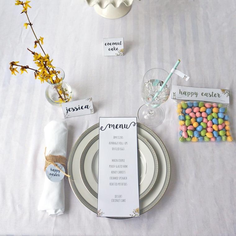 Foto di una tavola apparecchiata, bustina con ovetti pasquali colorati