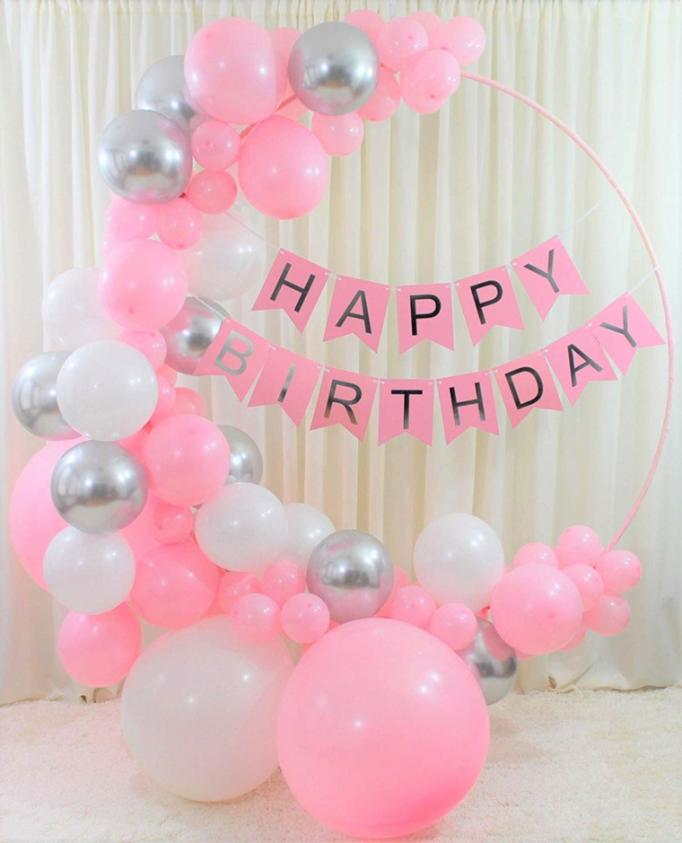 Foto di palloncini di colore rosa e argento, immagine con ghirlanda con scritta