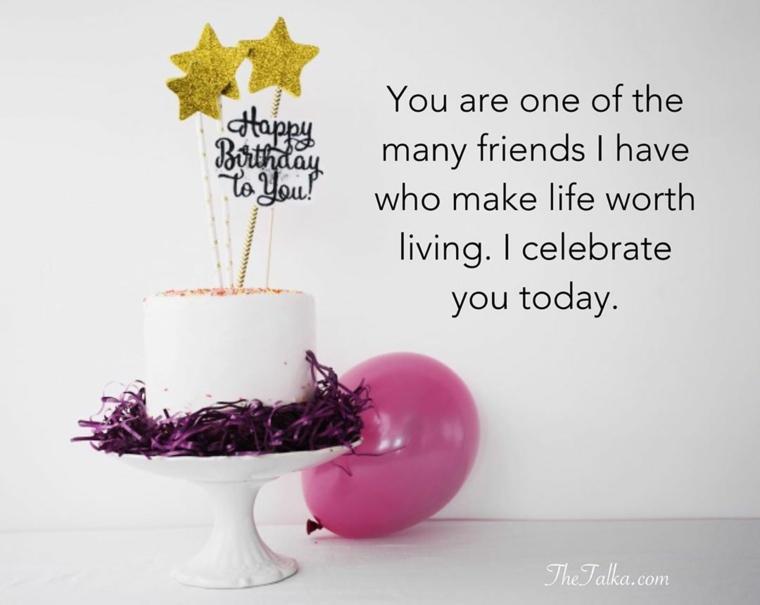 Tanti auguri di buon compleanno, immagine con scritta accanto ad una torta con topper