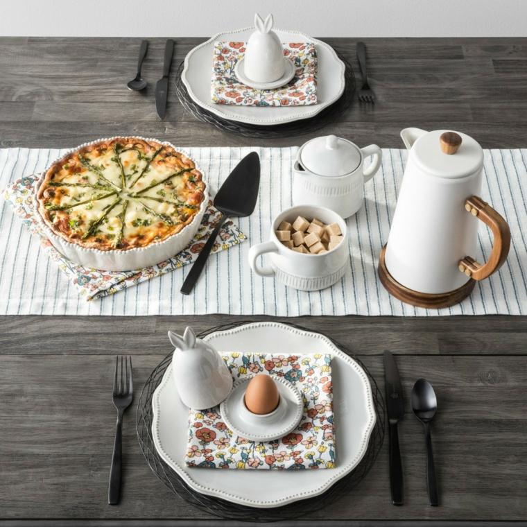 Foto di un tavola di legno con torta salata, immagini di Pasqua divertenti