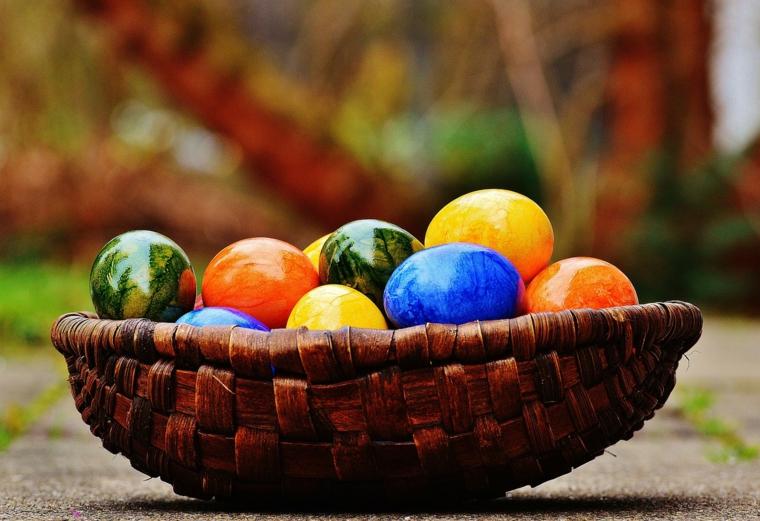 Immagini di Pasqua divertenti, foto di un cesto con uova pasquali colorate