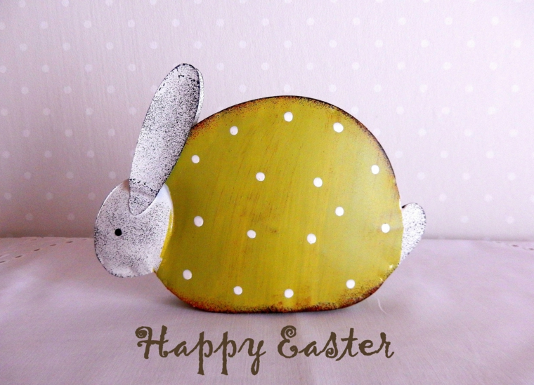 Immagini di buona Pasqua gratis, foto di un coniglio di legno e scritta Happy Easter