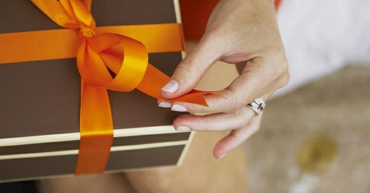 Scatola regalo uomo con nastro arancione, cosa regalare ad un uomo