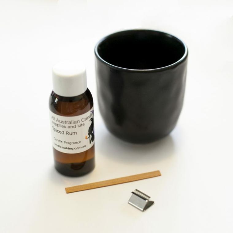 Regali per lui anniversario, tazza di porcellana accanto ad una bottiglia di olio essenziale