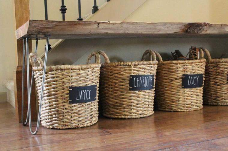 Scarpiera fai da te, cestini in vimini con nomi scritti, panchina di legno con gambe di metallo