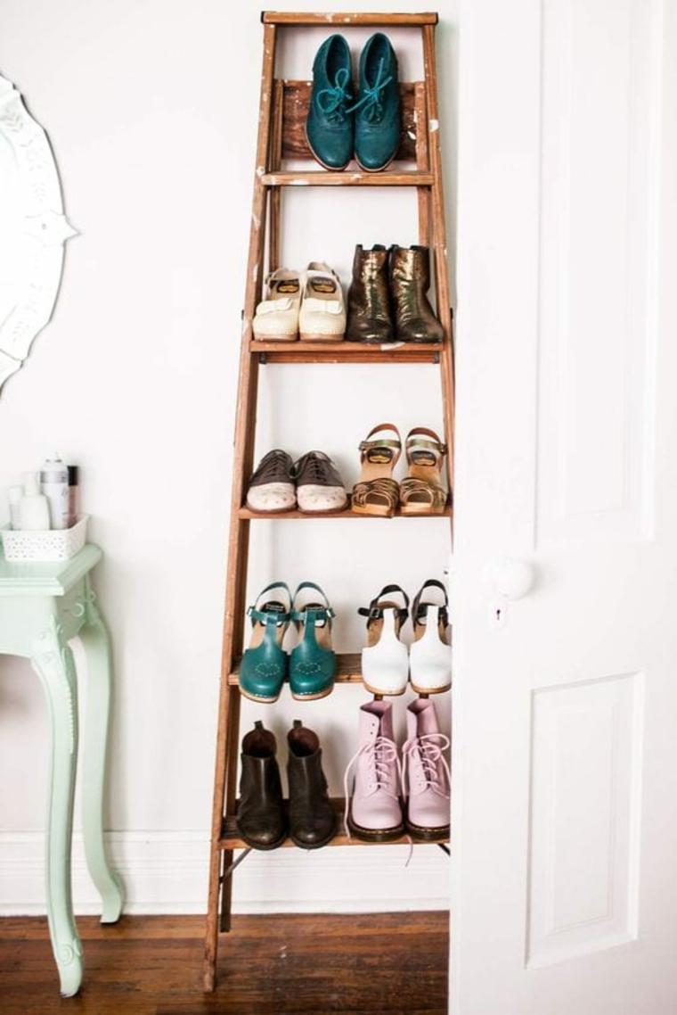 Scarpiera a vista, scala di legno con scarpe, scala di legno appoggiata alla parete