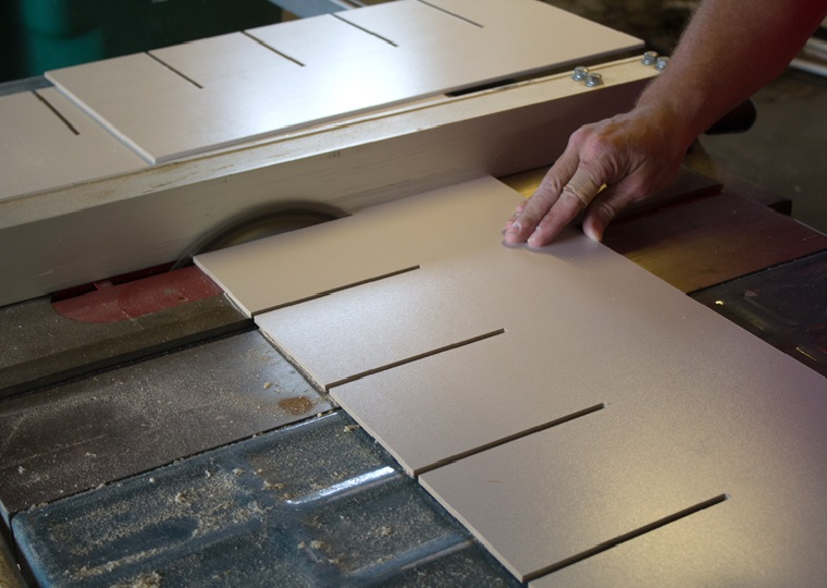 Lastra di legno di colore bianco, come costruire una scarpiera