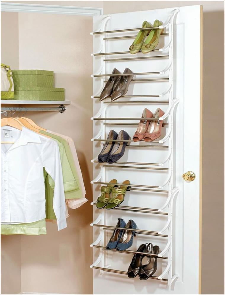 Scarpiera a vista, porta con mensole di metallo, scarpe posizionate sulla porta