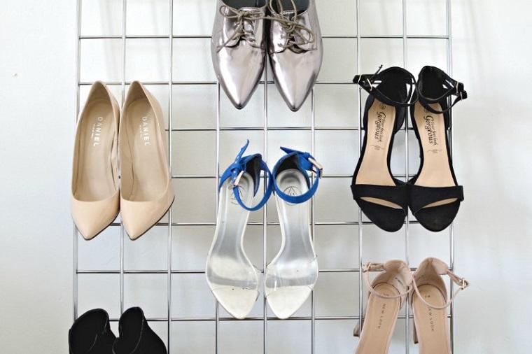 Come costruire una scarpiera, rete di metallo con scarpe attaccate