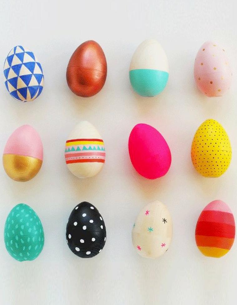 Foto di tre file di uova pasquali colorate, uova di Pasqua su uno sfondo bianco