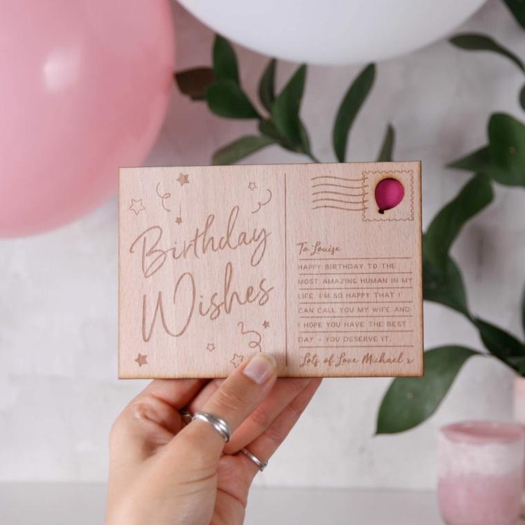 Immagine con bigliettino di legno con scritta, immagine con palloncino rosa