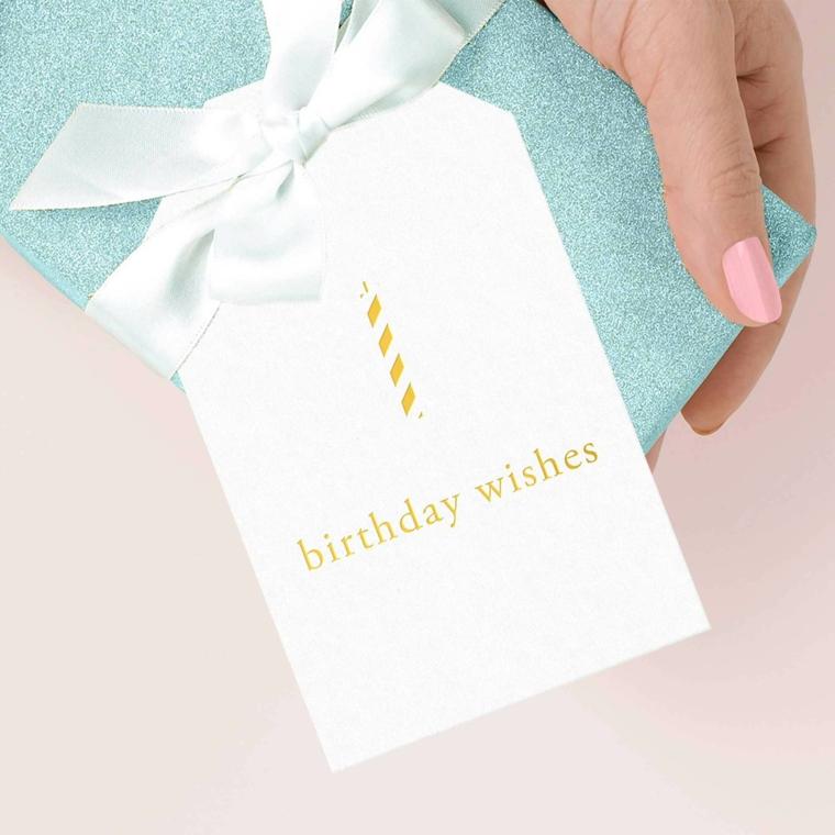 Come augurare buon compleanno, foto di un regalo con cartolina bianca