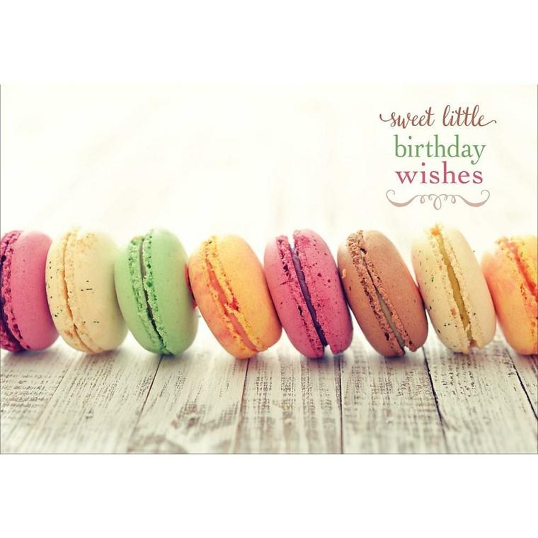 Foto di macarons colorati su un tavolo di legno, immagini auguri di compleanno simpatici
