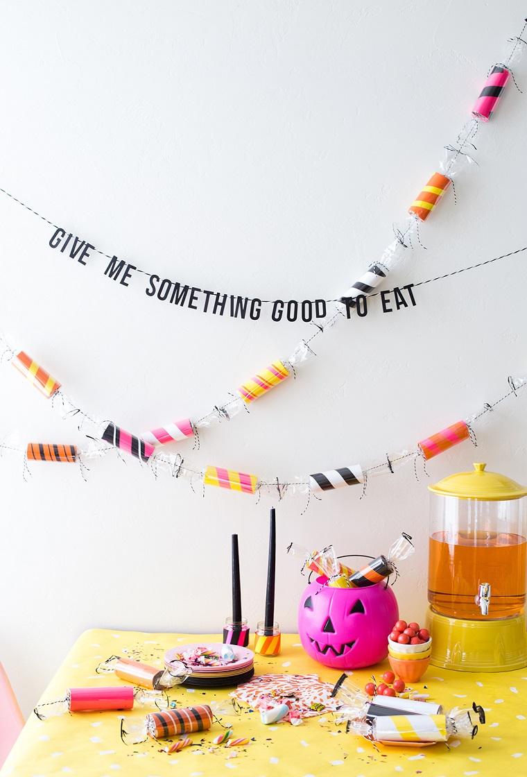 Creazioni con la carta, tavola apparecchiata per Halloween, ghirlanda con caramelle di rotoli di carta igienica