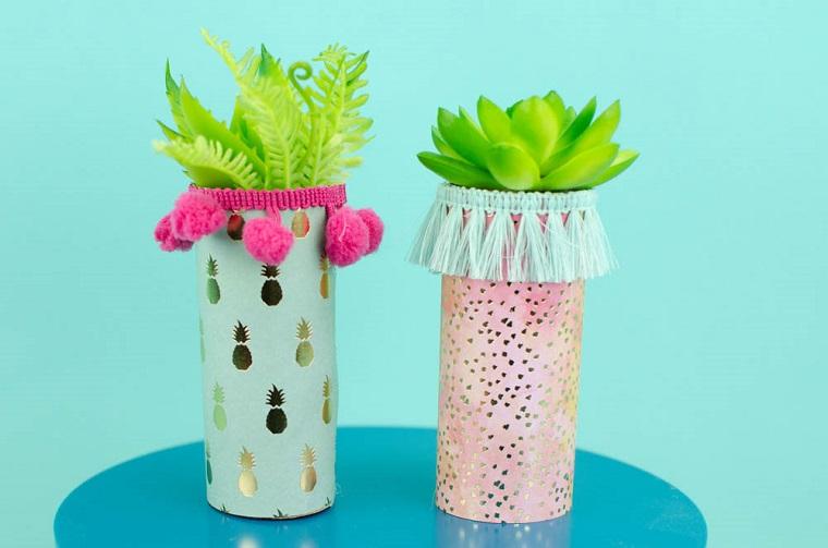 Creazioni con la carta, vasi di carta con piante grasse, immagine con sfondo blu