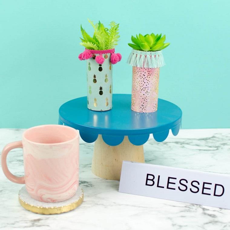 Tazza di porcellana su un sottobicchiere, lavoretti con la carta facilissimi, vaso di carta con piante grasse