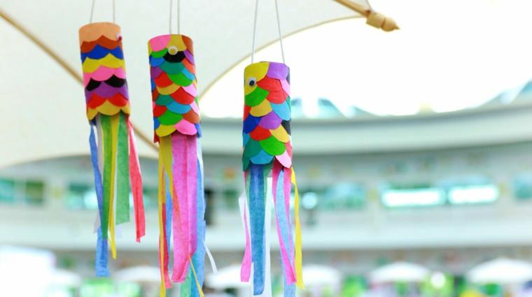 Decorazioni da appendere con confetti colorati, creazioni con la carta, rotoli di carta con confetti colorati