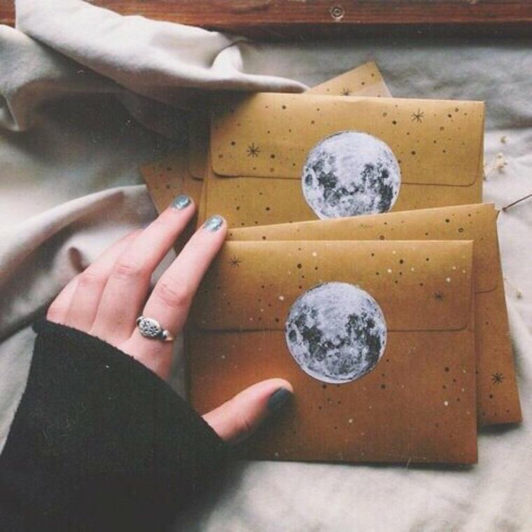 Regali per lui anniversario, buste con lettere decorate con foto della luna