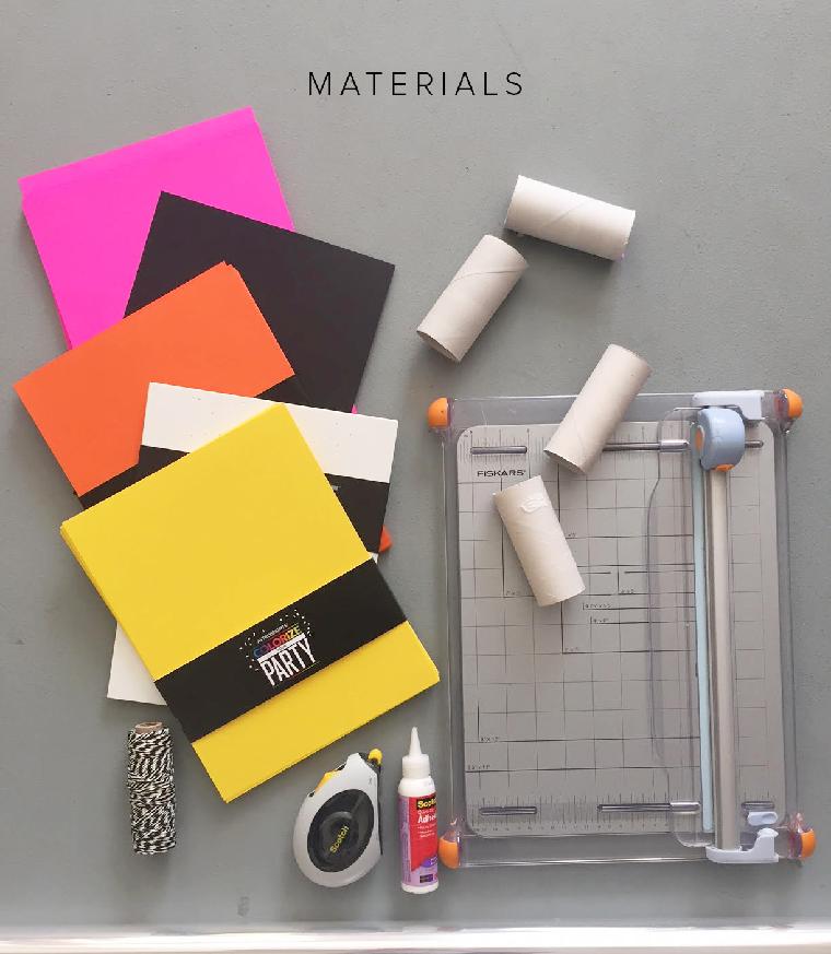 Lavoretti con rotoli di carta igienica, fogli di carta colorata e colla