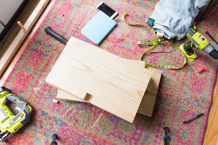 Scarpiera fai da te, lastre di legno su un tappeto con strumenti