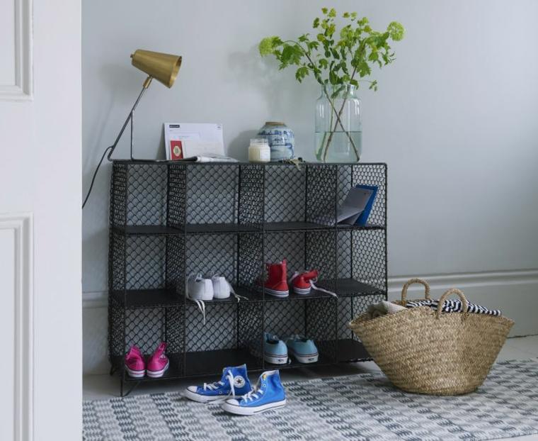 Mobile di metallo con scaffali, scarpiera salvaspazio fai da te, vaso con rami e foglie verdi