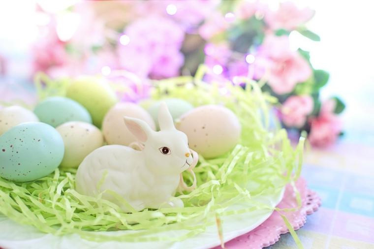 Foto di un piatto con ovetti e statua di un coniglietto, foto per Pasqua bella