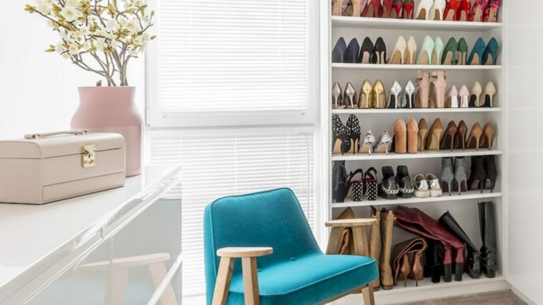 Scarpiera fai da te, mobile di legno con scaffali per le scarpe, vaso con rami e fiori