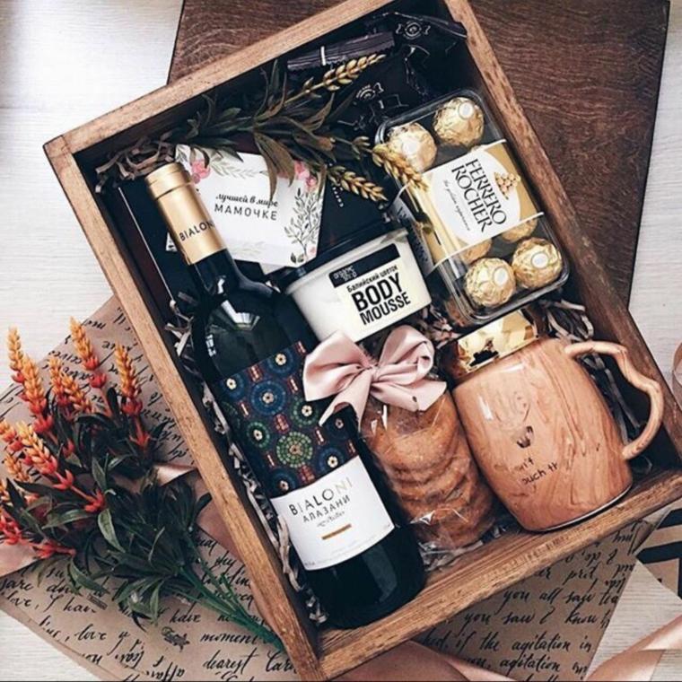 Sorprese anniversario, scatola di legno con bottiglia di vino e cioccolatini